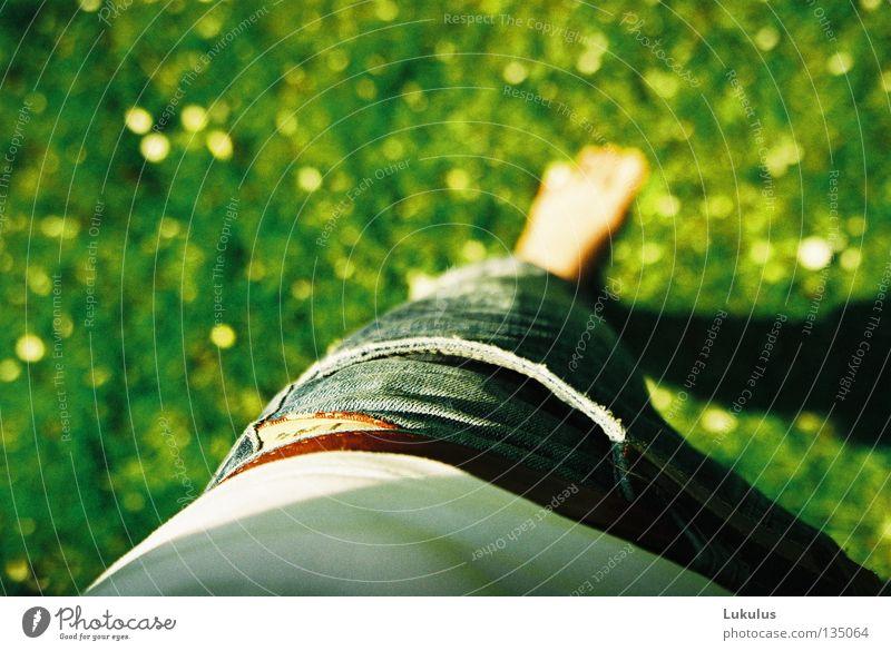 Standbein Gras grün Hose T-Shirt Gürtel Jugendliche Fuß Schatten Wärme