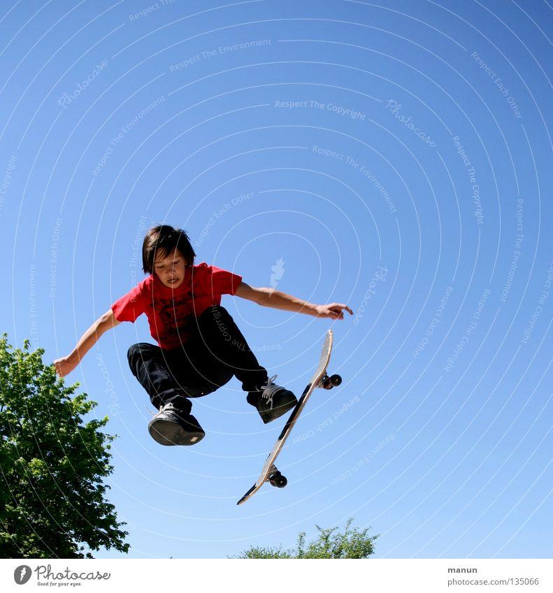 big jump! Kind Mann Jugendliche blau rot Freude schwarz Straße Sport Junge springen Bewegung Gesundheit fliegen hoch Aktion