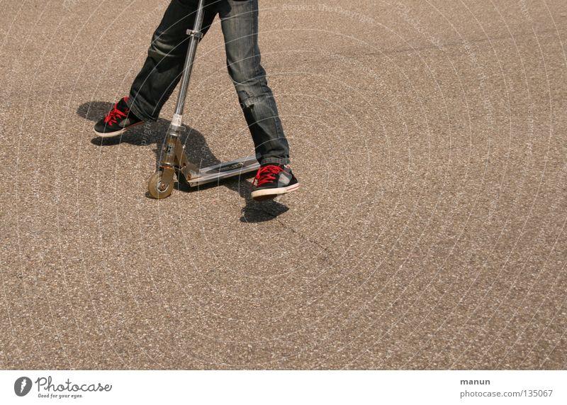 Roller fahr'n hüpfen Freizeit & Hobby Kind springen Spielen Licht & Schatten Aktion stagnierend Junge Schuhbänder rot Gesundheit Funsport Asphalt Bewegung