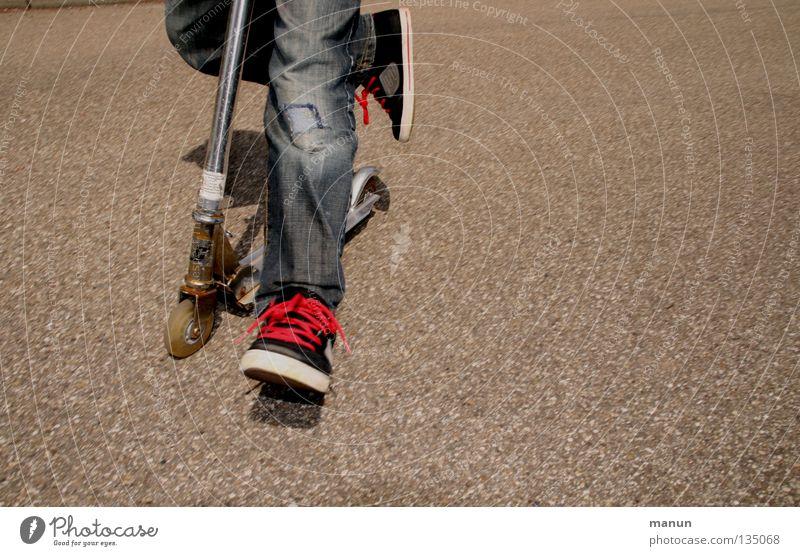 Rollerhupf II Kind Jugendliche rot Freude schwarz Straße Spielen Junge Bewegung springen braun Schuhe Freizeit & Hobby Aktion stagnierend hüpfen