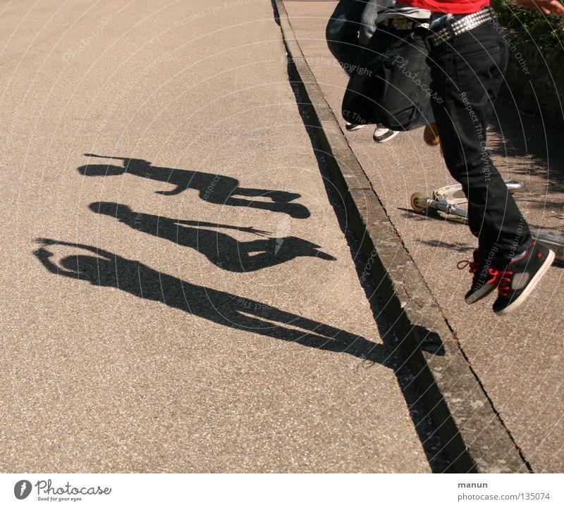 Schattenmänner I Mensch Jugendliche Freude Straße Leben Spielen springen Bewegung Beine Stimmung Freundschaft Schuhe Zusammensein Fröhlichkeit Coolness Jeanshose