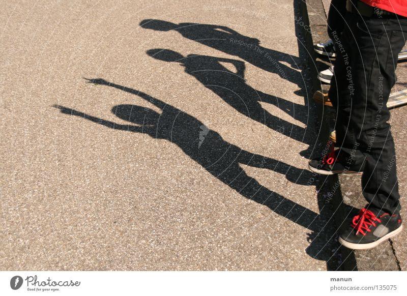 Schattenmänner II Mensch Kind Jugendliche Freude Straße Leben Spielen springen Beine Freundschaft Familie & Verwandtschaft Kindheit Zusammensein Freizeit & Hobby Erfolg Fröhlichkeit