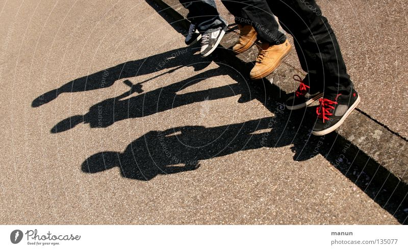Schattenmänner IV Mensch Jugendliche Sonne Straße Bewegung Fuß Beine Freundschaft Schuhe Zusammensein warten Pause authentisch Team natürlich einzigartig