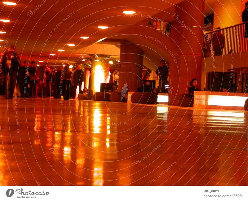 people@transmediale Mensch Lampe Kunst Flur Messe Ausstellung Gang multimedial