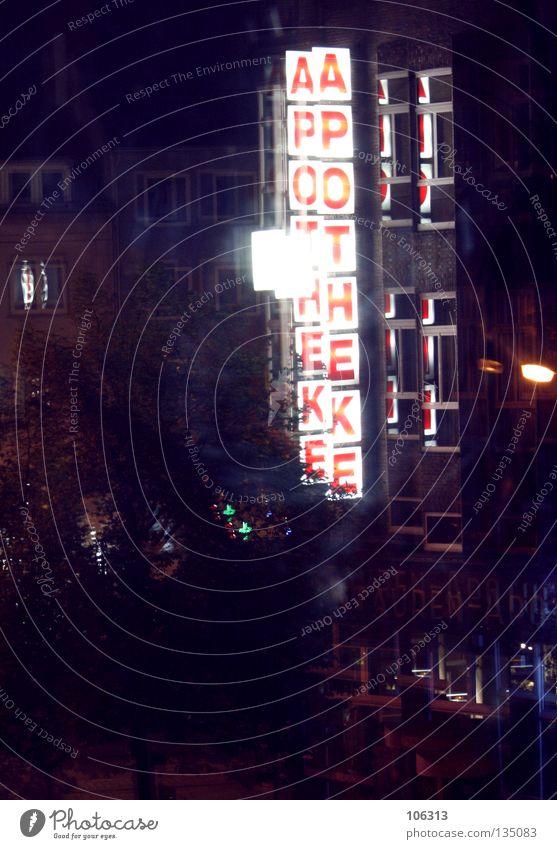 GEBROCHENES leuchten Wort Text Apotheke Leuchtreklame Nachtaufnahme Pharmazie Werbung Großbuchstabe