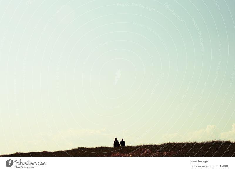 MUSS LIEBE SCHÖN SEIN!? Himmel Wiese Freiheit Paar Spaziergang Fußgänger Farbverlauf Wolkenloser Himmel Grauwert Klarer Himmel Vor hellem Hintergrund