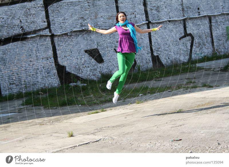 colors are beautiful Mensch Jugendliche grün Sommer Freude Straße springen Stil Glück Mauer Sand Arme verrückt Fröhlichkeit Energiewirtschaft T-Shirt