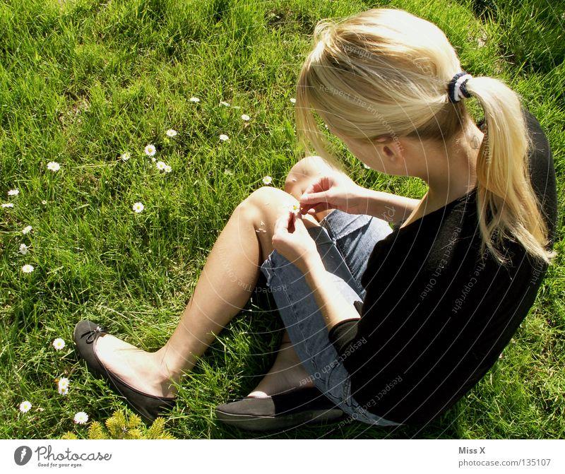 Er liebt mich, er liebt mich nicht... Frau Erwachsene Rücken Beine Frühling Schönes Wetter Blume Gras Blüte Garten Wiese blond Denken träumen warten