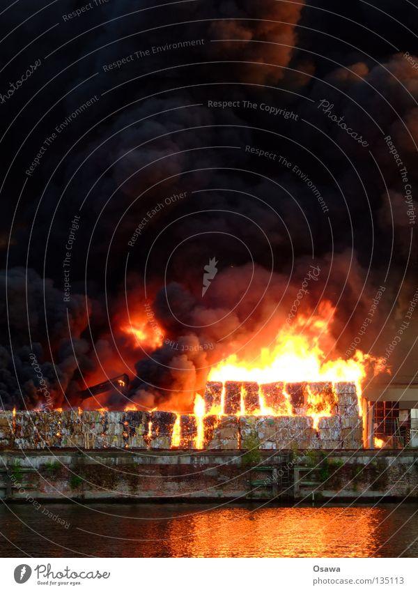 Großbrand Rauch Apokalypse Desaster Angst Panik Brand Rauchgas Ruß Flamme Wasser Reflexion & Spiegelung Reflektion Feuerwehr Berlin Flammenmeer Lager