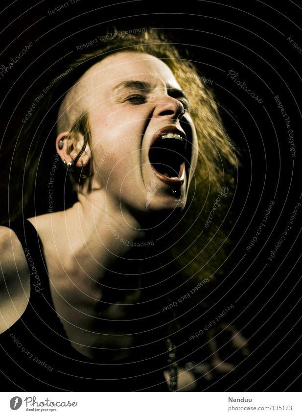 Freiheitsdrang Jugendliche Gefühle schreien Punkrock Frau außergewöhnlich Lifestyle Pogo laut Krach singen Wut Ärger Konzert Musik Subkultur Wiedervereinigung