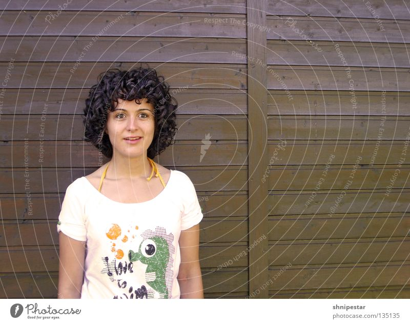 Ich glaub' es hackt! Mensch Frau weiß schön Sommer Auge Wand Holz Garten Deutschland braun Arme T-Shirt Kommunizieren Model Locken