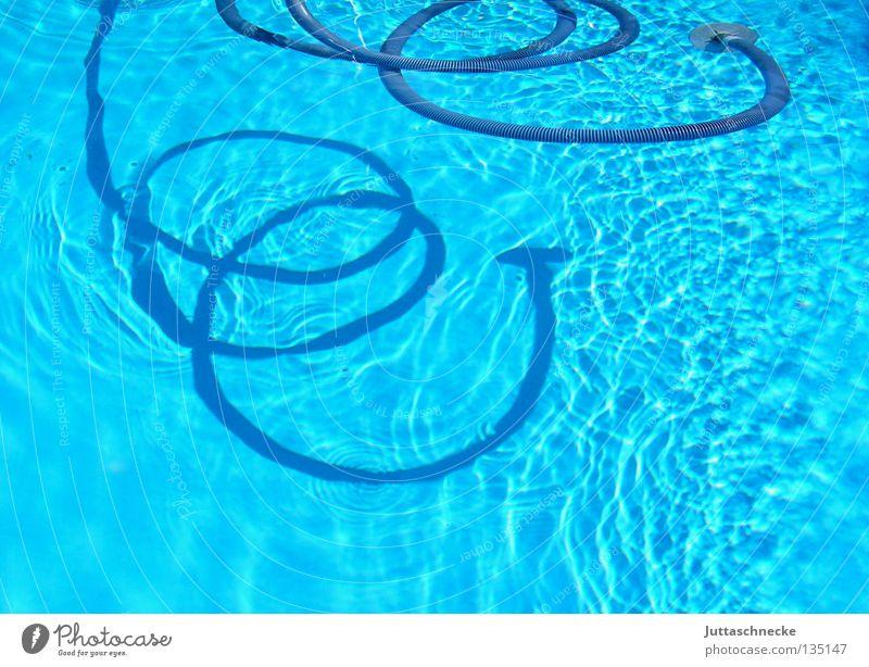 Seeschlange Schlauch Schwimmbad saugen Reinigen türkis biegen Frühling Sommer Freizeit & Hobby Pool saugen Schatten Wasser blau drehen eingerollt Garten