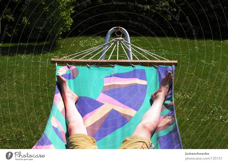 Relax Hängematte Erholung faulenzen Sonnenbad braun grün mehrfarbig gemütlich bequem Gras Wiese Lebensqualität Sommer Zufriedenheit Qualität Beine Fuß Garten