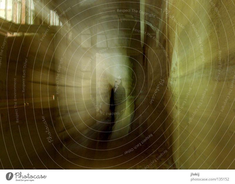 Erscheinung Mensch alt Haus Einsamkeit Fenster dunkel Architektur Holz Haare & Frisuren Mauer Gebäude Beleuchtung Tür Schuhe modern verfallen