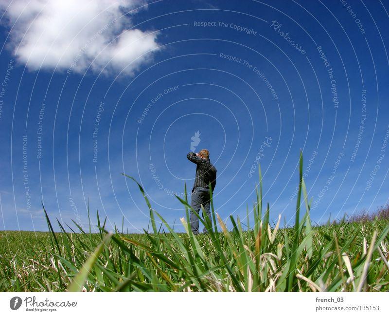 Ausblick im Frühjahr III Mensch weiß See Denken gesichtslos maskulin Hand zyan Wolken schlechtes Wetter Froschperspektive Gras Wiese grün Halm Stroh stehen