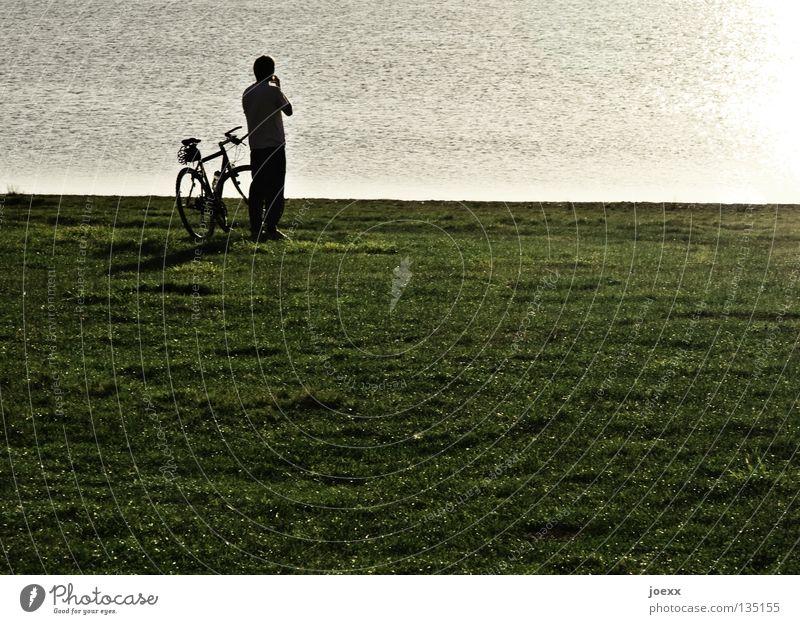 Nachdenken Einsamkeit Fahrrad Fahrradtour Denken Mann Pause ruhig See Sonnenuntergang Wiese Frieden entscheidungsfindung friedlich kriese meditativ Mensch