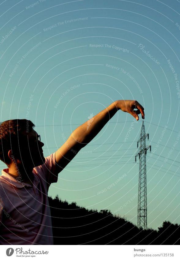 marcus triangulum facit Hand Oberkörper hängen festhalten greifen Strommast Elektrizität Kabel Elektrisches Gerät Wolken berühren Warnhinweis Mann drücken