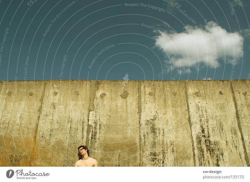 THE WALL | ...WASTED! Wand Beton stehen fertig Knockout Alkoholisiert Müdigkeit Mann maskulin hüpfen springen Schweben Glas links Detailaufnahme Spielen