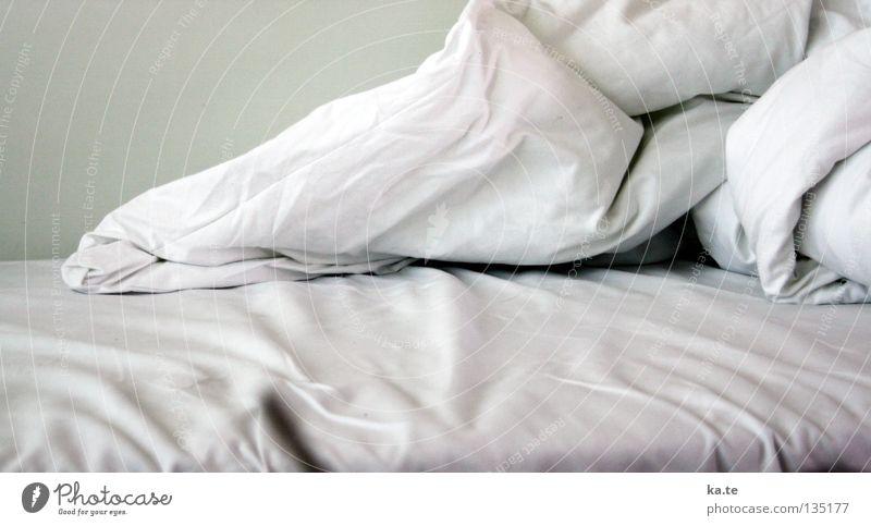 aufgestanden weiß liegen Sauberkeit Bett rein Falte Möbel Decke gemütlich kuschlig Schlafzimmer Furche Bettdecke Kissen Bettlaken unordentlich