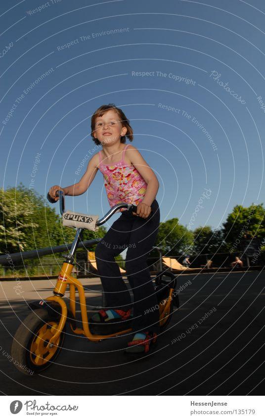 Person 42 Kind Mädchen Himmel Baum Sommer Freude Spielen Glück Hoffnung fahren Mobilität Spielplatz Umweltschutz Tretroller