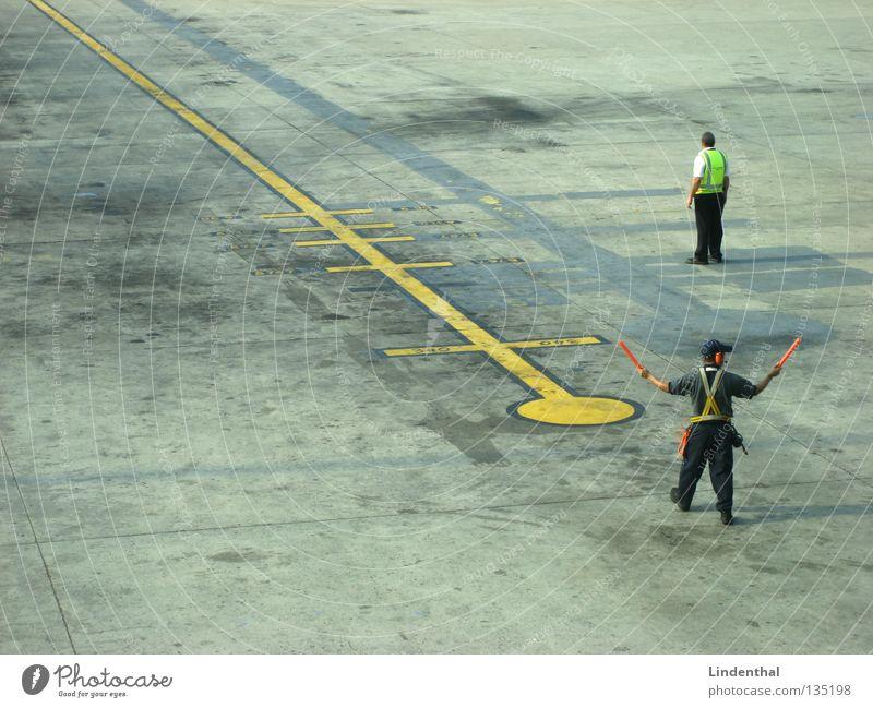 Airport Workers Ferien & Urlaub & Reisen Flugzeug Luftverkehr Sicherheit Flughafen Kontrolle Mitarbeiter winken Weste Anweisung Leuchtstab