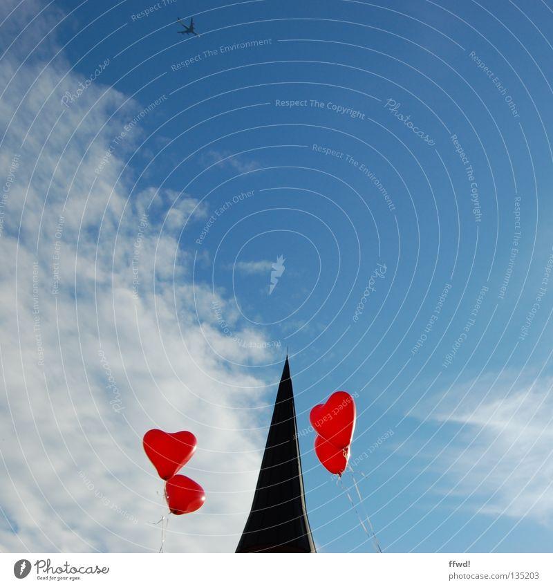 Spirchturmkitze Kirchturm Kirchturmspitze Luftballon rot Schnur Wolken Schweben aufsteigen loslassen Gotteshäuser Freude Himmel Religion & Glaube Spitze Herz