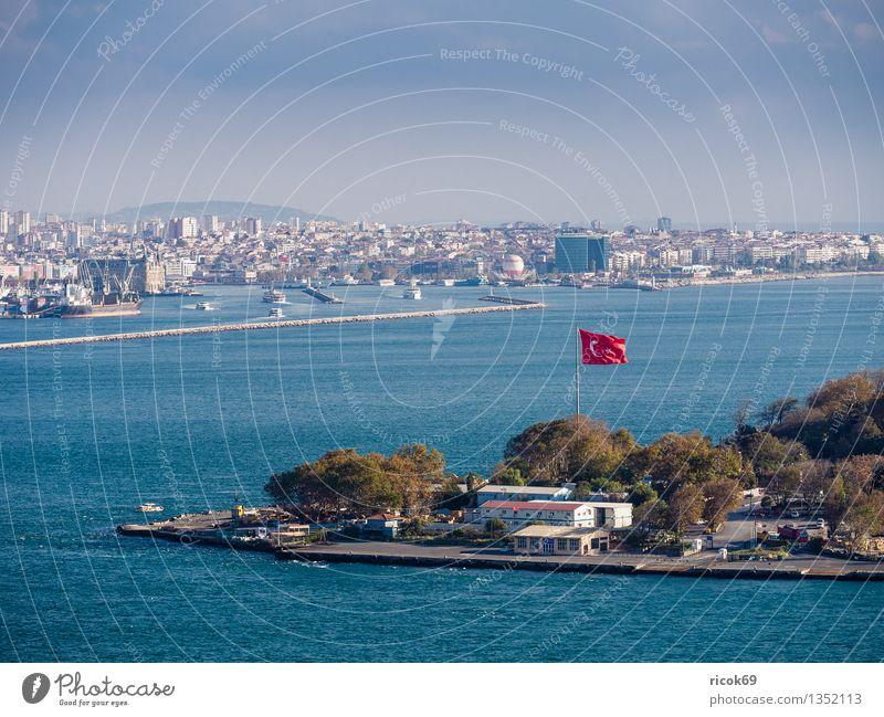 Istanbul Ferien & Urlaub & Reisen Haus Wasser Wolken Stadt Hafenstadt Bauwerk Gebäude Architektur Sehenswürdigkeit Wasserfahrzeug Fahne blau rot Tourismus