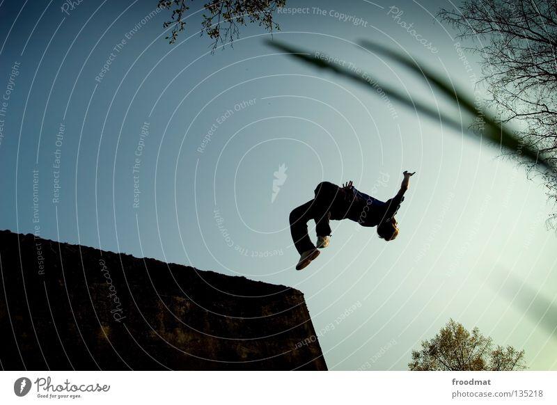 Freerunning Le Parkour springen Rückwärtssalto rückwärts Gegenlicht Schweiz Gras Sport akrobatisch Flugzeug Körperbeherrschung Mut Risiko gekonnt lässig