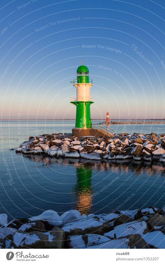 Molentürme Meer Winter Natur Landschaft Wasser Wolken Küste Ostsee Turm Leuchtturm Architektur Sehenswürdigkeit Wahrzeichen Stein kalt blau grün rot weiß