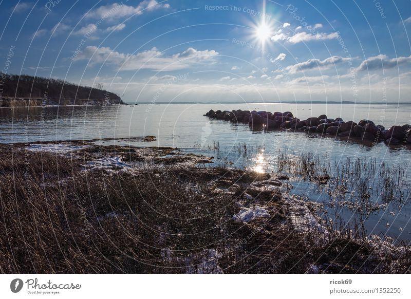 Landschaft Natur Ferien & Urlaub & Reisen blau Sonne Meer ruhig Wolken Strand Winter kalt Küste Stein Tourismus Idylle Frost