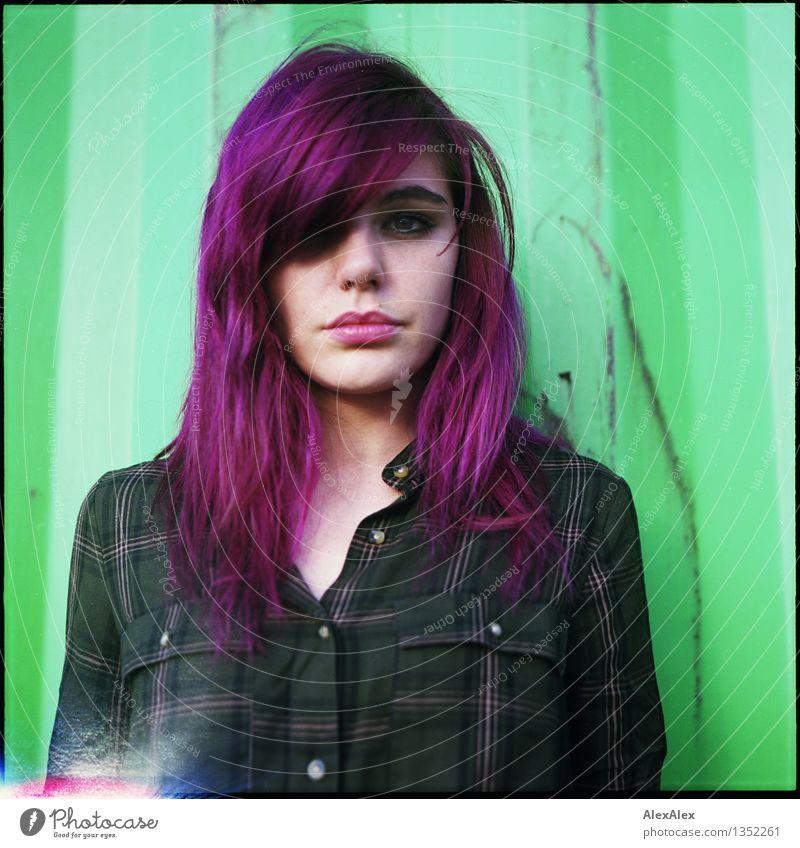 Janine Container Blech grün violett Junge Frau Jugendliche Haare & Frisuren Gesicht 18-30 Jahre Erwachsene Kleid langhaarig Light leak glänzend Blick ästhetisch