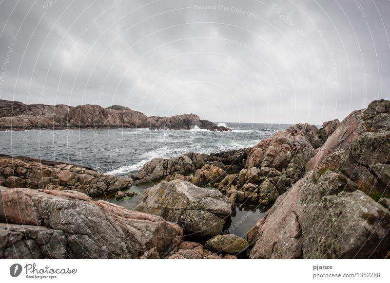 An der Küste... Natur blau Wasser Meer Landschaft Wolken Ferne Strand dunkel Herbst Küste grau braun Felsen Regen Wellen