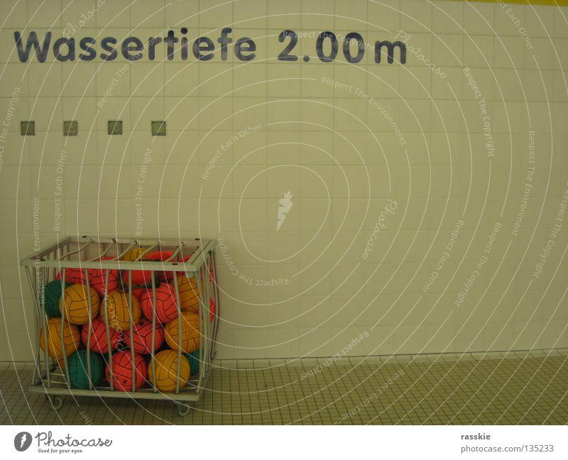 nach dem Spiel Schwimmbad Heidelberg Spielen Wassersport Wasserball Wassertiefe Ball Bälle im Käfig Freiheit?