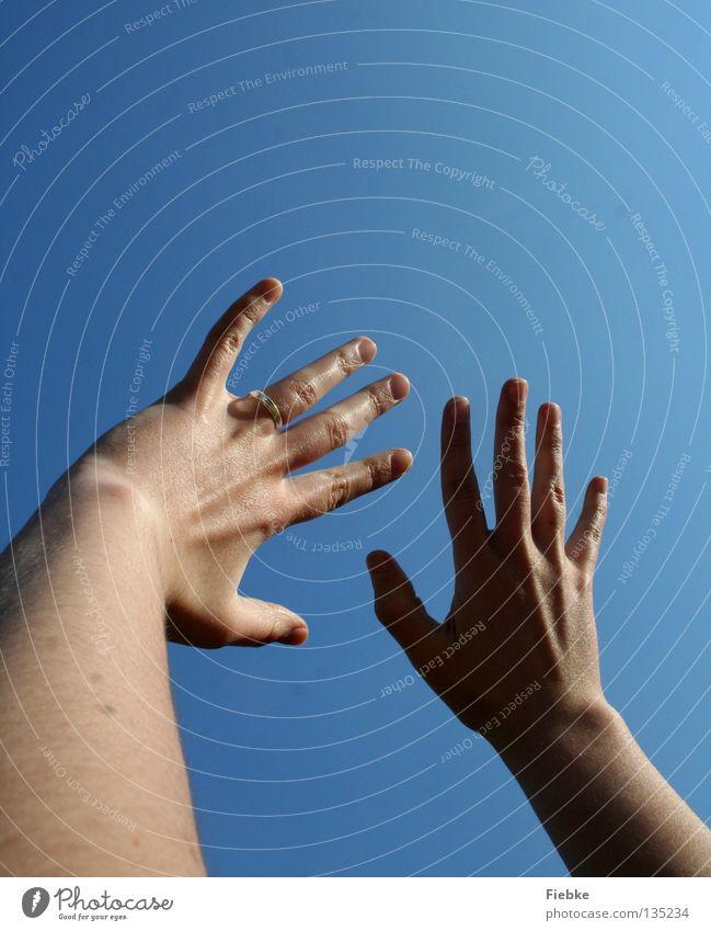 Just Engaged Hand ausbreiten Finger spreizen Fingernagel Frau strahlend sommerlich Sommer Verlobung Ringfinger anschauend links Zufriedenheit Erholung Partner