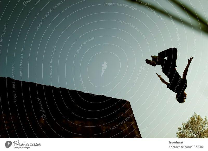 kopfüber Le Parkour springen Rückwärtssalto rückwärts Gegenlicht Schweiz Gras Sport akrobatisch Flugzeug Körperbeherrschung Mut Risiko gekonnt lässig