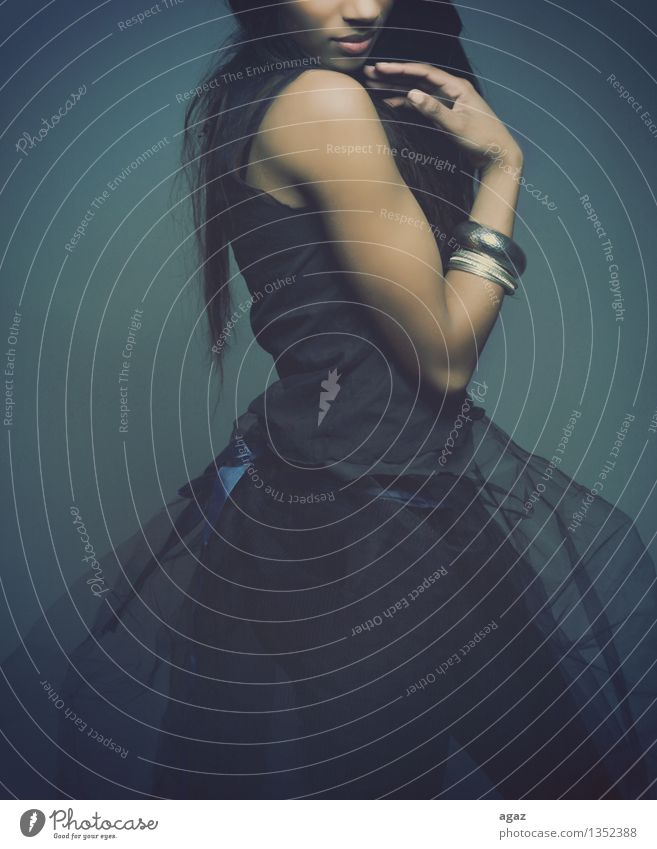 Posing schön harmonisch Sinnesorgane Mensch feminin Junge Frau Jugendliche Erwachsene Arme 1 18-30 Jahre Mode Kleid Haare & Frisuren schwarzhaarig langhaarig