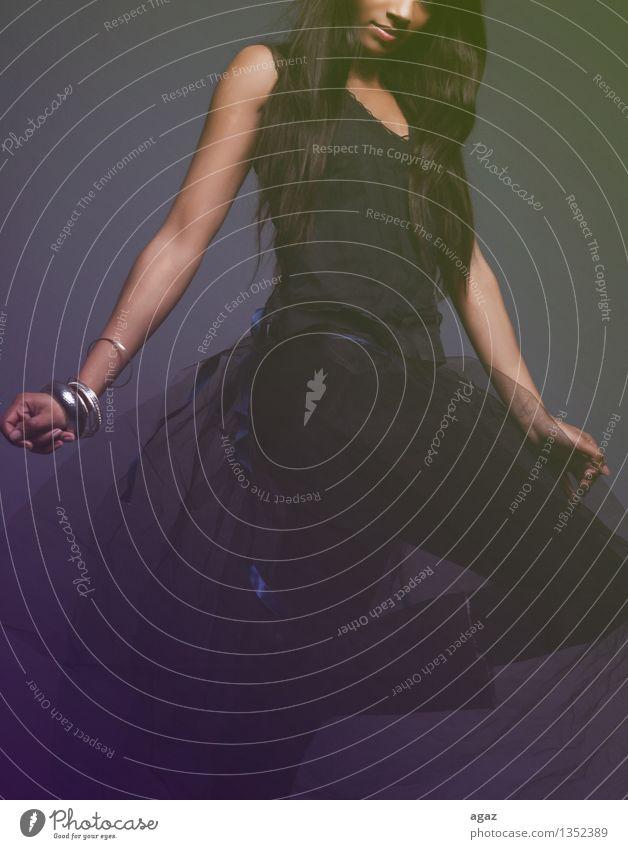 Dance schön Nachtleben Tanzen feminin Frau Erwachsene Mund Hand Beine 1 Mensch 18-30 Jahre Jugendliche Tänzer Mode Liebe Körperhaltung Farbfoto Gedeckte Farben