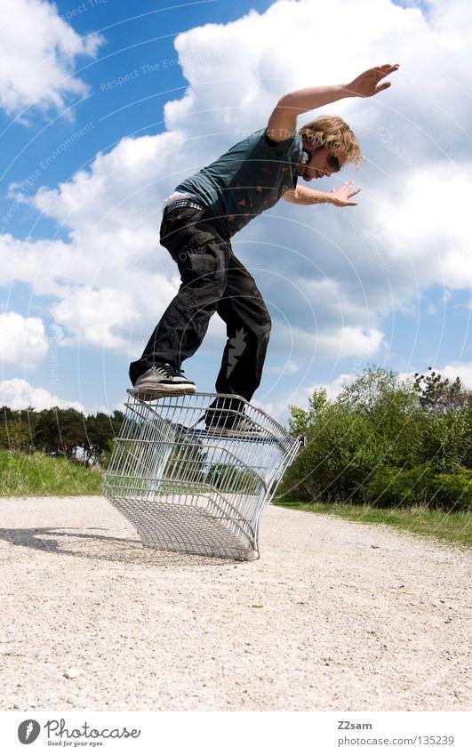 shopping surfer Wolken stehen Zufriedenheit Einkaufswagen Käfig Wiese grün Sommer saftig Physik sommerlich Mann maskulin Aktion gefährlich blond lässig