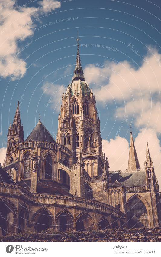 hoch hinaus | Notre-Dame de Bayeux Stadt alt Sommer Sonne Haus Architektur Gebäude groß Kirche Hochzeit Bauwerk Stadtzentrum Sehenswürdigkeit Altstadt