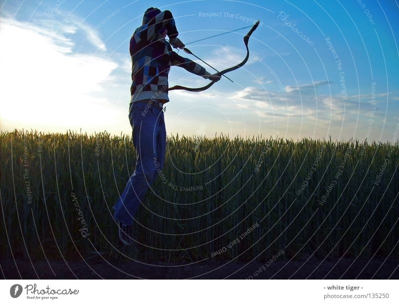 Sekundenbruchteil Getreide Jagd Sonne Mensch Himmel Wolken Baum Feld Pfeil beobachten blau gelb grün violett rot weiß Sicherheit Nervosität gestreift zyan Weste