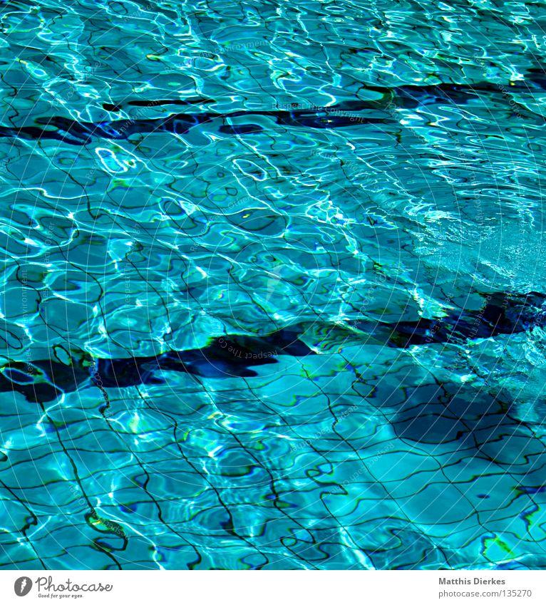 Leerschwimmbecken Wasser grün blau Linie leer Schwimmbad Klarheit Fliesen u. Kacheln Bahn Becken Wasserwirbel Verwirbelung Freibad Wasseroberfläche Chlor