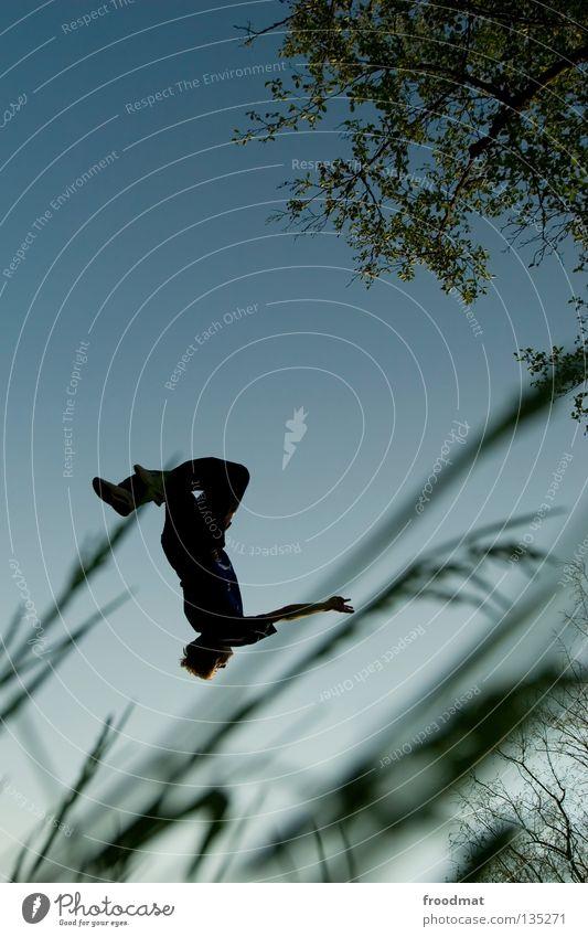 take off Himmel Jugendliche Freude Erholung Spielen Gras Bewegung springen Zufriedenheit elegant frei Flugzeug ästhetisch Luftverkehr verrückt Aktion