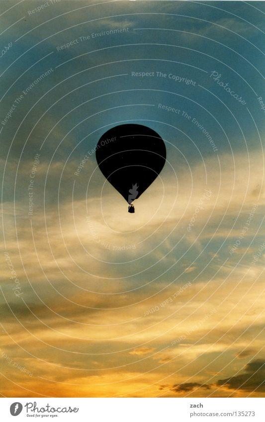 Aus dem Himmel geschnitten aufsteigen Gemälde Blauer Himmel himmelblau Leichtigkeit Luft Flugzeug Schweben ruhig über den Wolken frei Silhouette Sonnenuntergang