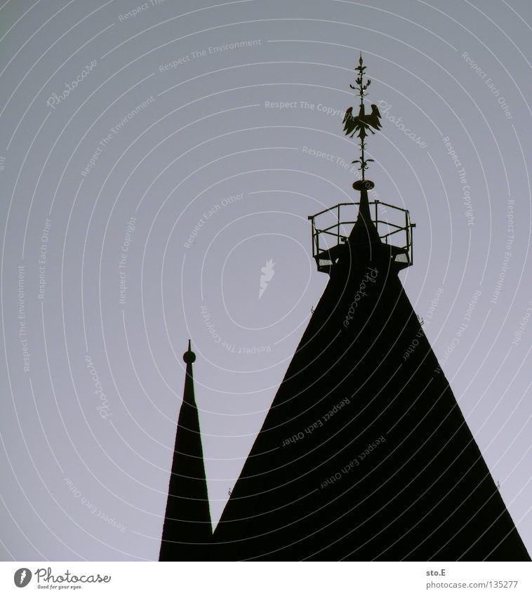 deutsche dächer Kirchturm Kirchturmspitze sehr wenige minimalistisch Hintergrundbild Wolken schlechtes Wetter trüb Silhouette Hahn Götter Schatten Gemälde