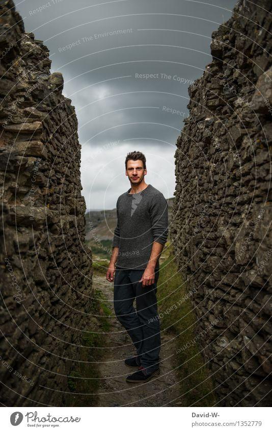 Tunnelblick Mensch Natur Ferien & Urlaub & Reisen Jugendliche Mann schön Junger Mann Wolken Ferne 18-30 Jahre Erwachsene Wand Leben Herbst Mauer maskulin