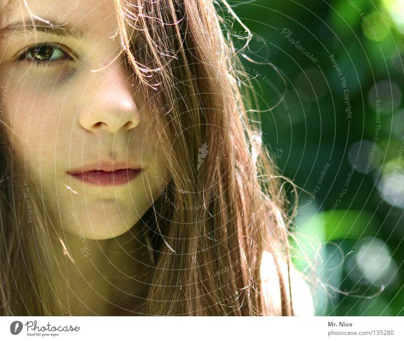 Durchblick Mädchen verdeckt einäugig langhaarig braun Gesichtsausdruck neutral Wachsamkeit Schüchternheit ernst ungerührt Blick Porträt grün Hälfte Kind Gefühle