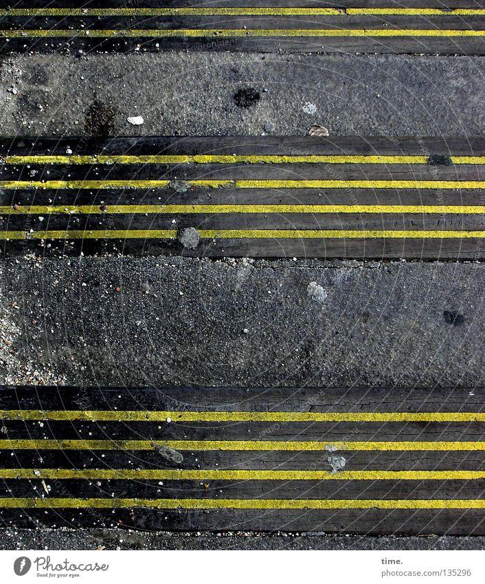 4-4-2 gelb Stein Linie Schilder & Markierungen Treppe Streifen Hinweisschild Asphalt Spuren Verkehrswege Wachsamkeit Fleck parallel Teer Anordnung Lücke