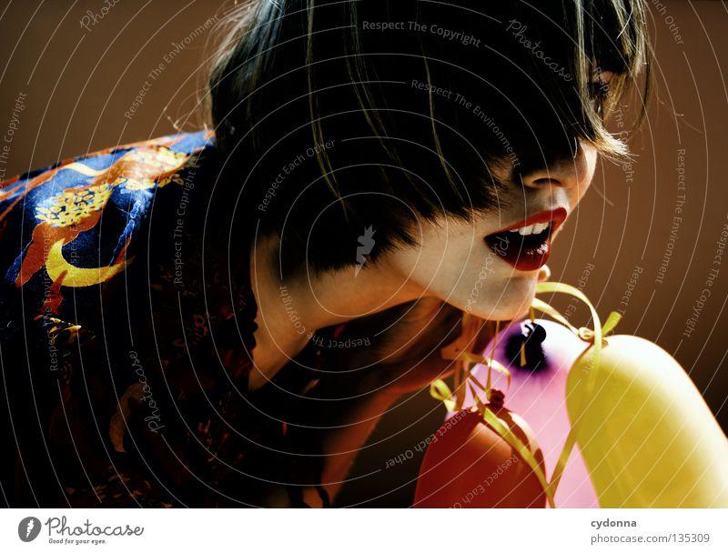 Mit Luftballons mehrfarbig 3 Kleid Stoff Muster retro Nostalgie braun zweiteilig Halbmond Blume Märchen mystisch Stil Frau hängen Hintergrundbild entdecken