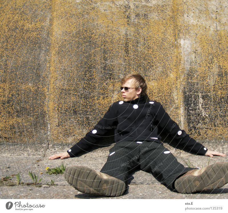 THE WALL | dots Mensch Mann Natur Jugendliche alt ruhig Einsamkeit Erholung Wand Mauer maskulin Schilder & Markierungen Beton sitzen Ordnung