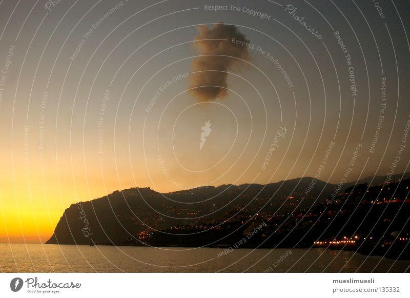 über der Wolke Wolken Sonnenuntergang Einsamkeit Madeira Portugal Klippe Stadt dunkel Nacht Abenddämmerung graue Wolken Sommer Strand Küste schöne Farben Insel